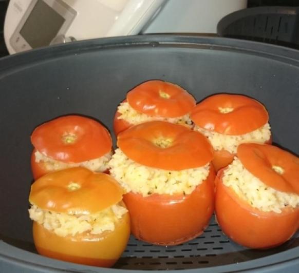 Tomates rellenos de arroz, mozzarela y especias