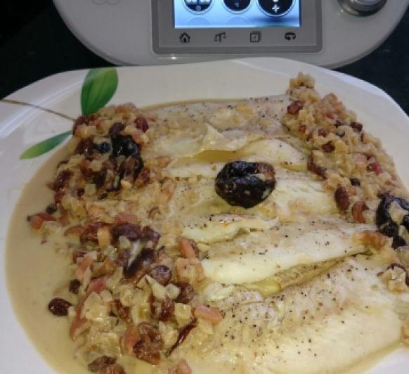 Rodaballo (o bacalao) con salsa de vermut, beicon y pasas