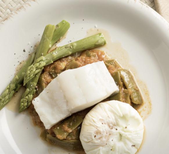 Bacalao al vapor con verduras y huevo poché