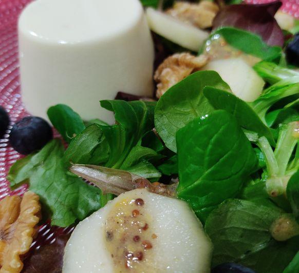 Pannacota de gorgonzola con ensalada de pera y nueces en Thermomix®