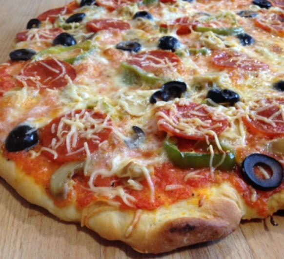 Pizza para la Noche. Pizza de pepperoni, emmental y champiñones