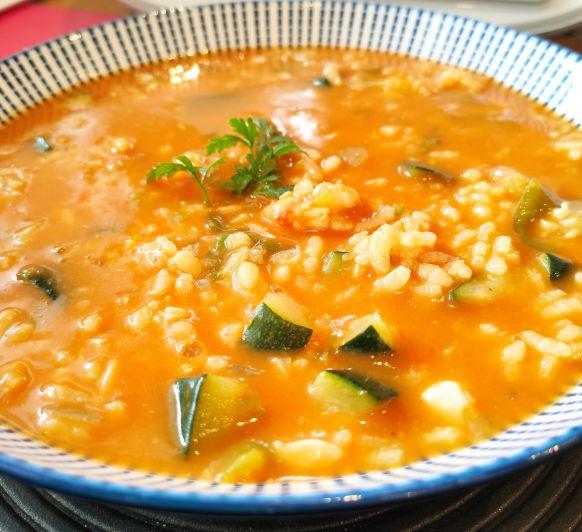 Arroz caldoso con verduras y gambas
