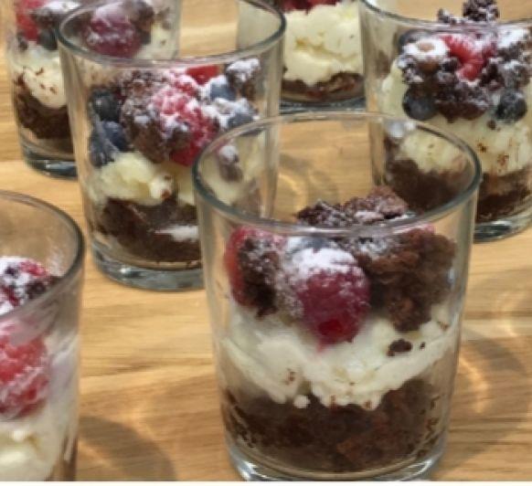 Vasitos de Brownie con crema de mascarpone y frutos rojos, con Thermomix®