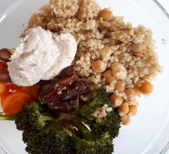 bol de quinoa garbanzos y salsa tahini