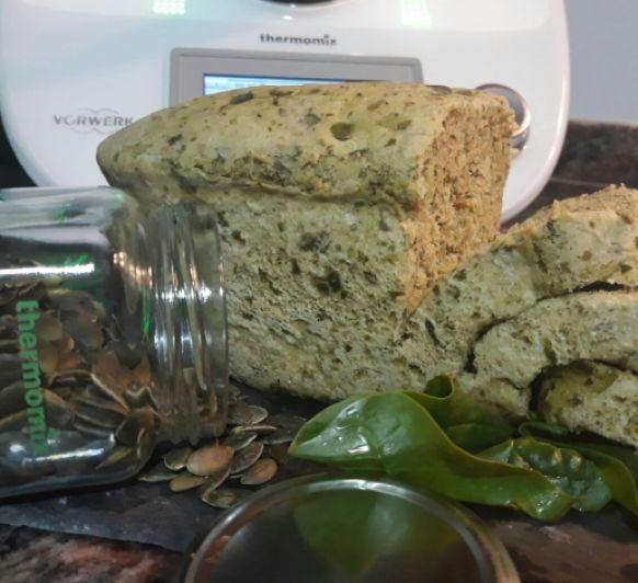 Pan de espinacas con pipas de calabaza.