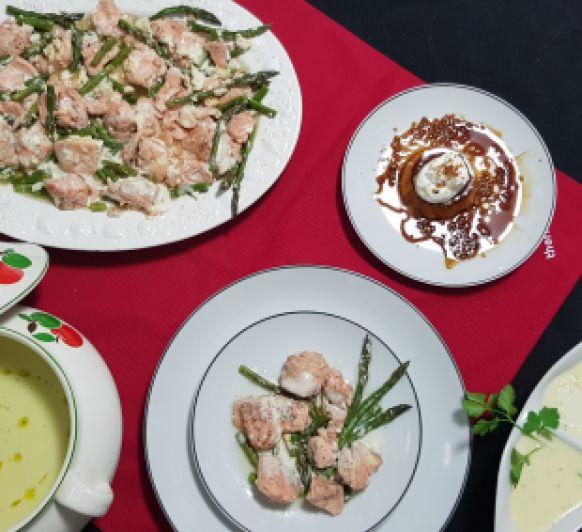Vichyssoise. Salmón con esparragos verdes y salsa de queso manchego. Postres Quesillo de yogurt