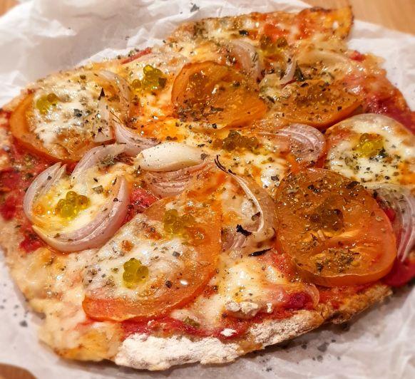 PIZZA CON MASA DE YOGUR, TOMATE RAFT, CEBOLLA, MOZZARELLA Y CAVIAROLI DE ALBAHACA EN Thermomix®