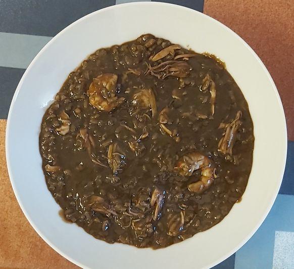 Arroz negro cremoso con calamares, gambas y almejas