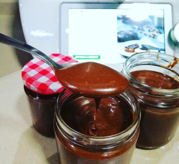Crema de chocolate, avellanas, leche y azúcar