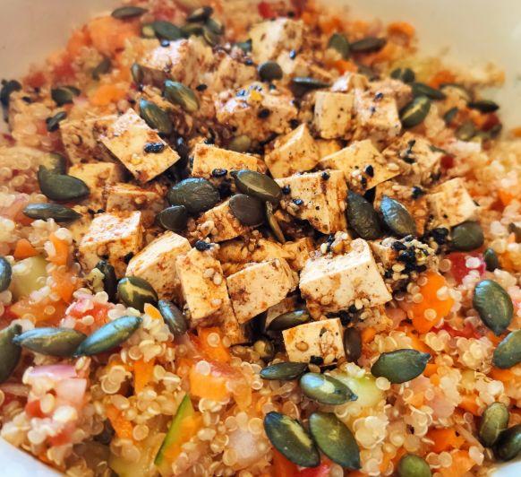 Ensalada de quinoa con tofu y vinagreta de verduras