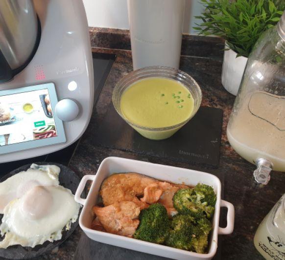 Menú: Sopa de guisantes y jengibre. Salmón al limón con brocoli.