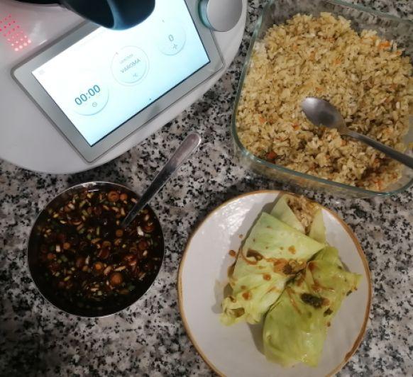 Rollitos de col rellenos de arroz, verduras y salsa asiática