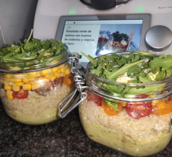 Ensalada verde de quinoa con huevos de codorniz y cherrys en tarro
