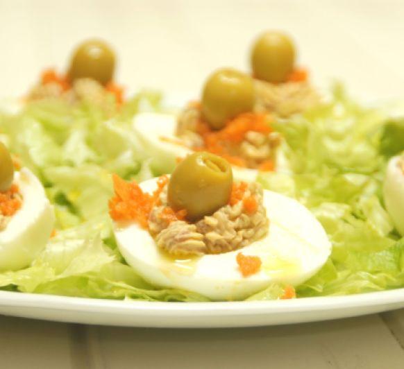 Huevos rellenos en un pispas