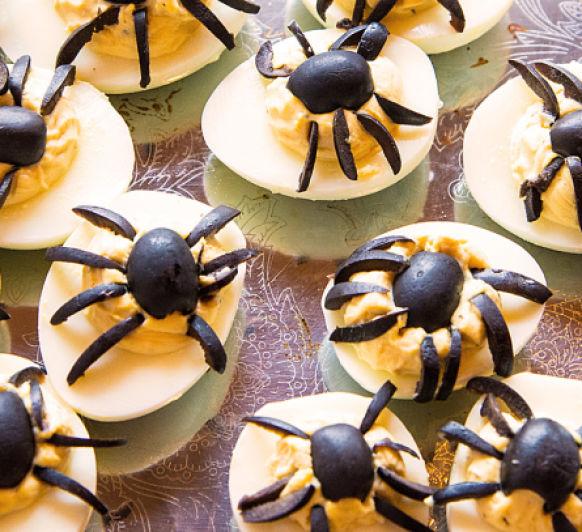 HALLOWEEN: Huevos rellenos decorados con arañas, con Thermomix®