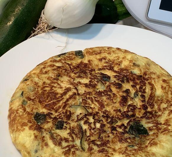 Tortilla de calabacín con cebolla caramelizada
