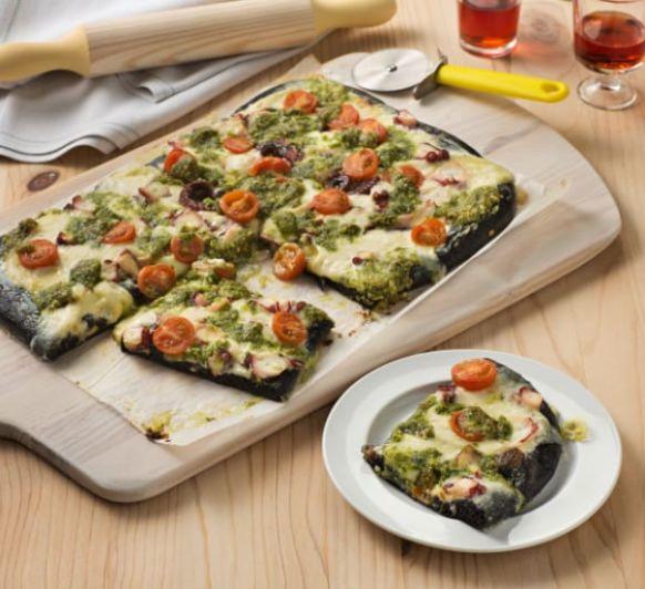 Pizza nero di sepia con pulpo y pesto de almendra, con Thermomix®