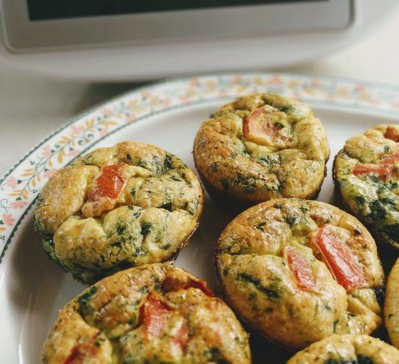 Muffins d' ou amb espinacs i tomàquets
