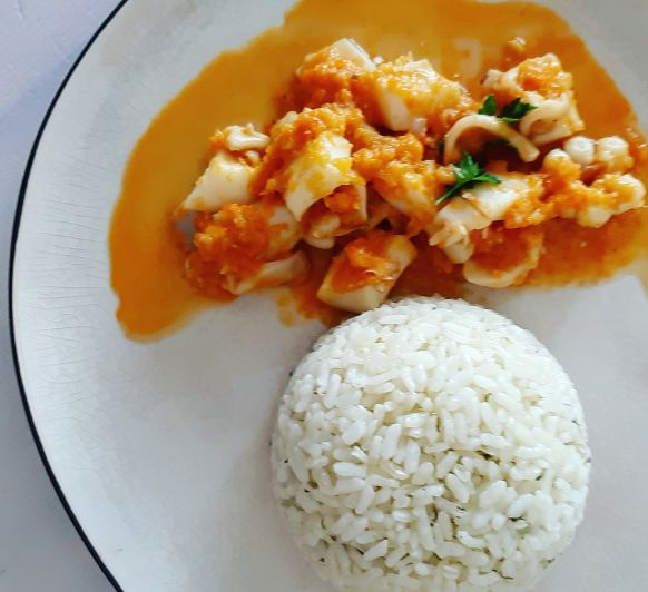 Sepia en salsa de verduras con arroz al vapor en FLANERITAS