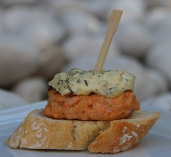 Mini-Hamburguesa de salmón con salsa tártara